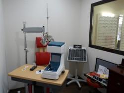salle d'examen de vue pour la prescription des verres de lunettes et lentilles de contact cédric morazzani opticien miramont de guyenne